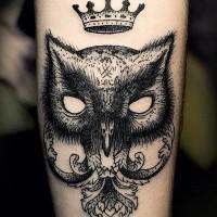 gufo scuro e corona tatuaggio su braccio
