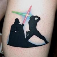 Tatuaje en la pierna, héroes de la guerra de las galaxias que pelean con sables de luz