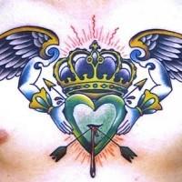 delicata eccezionale corona con ali e cuore tatuaggio sul petto
