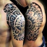 delizioso nero polinesiano tatuaggio sulla spalla