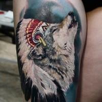 Detailliertes und farbiges im Realismus Stil Oberschenkel Tattoo von Wolf im indianischen Helm