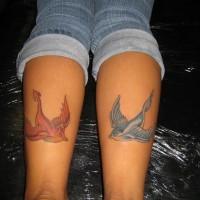 uccelli rondine angelo e diavolo tatuaggio su gambe