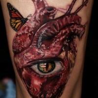 Tatuaggio terribile sulla gamba il cuore umano con l'occhio & la farfalla