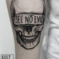 Tatuaggio del braccio umano dall'aspetto raccapricciante in stile puntino con scritte