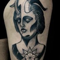 Dotwork estilo místico buscando pintado por Michele Zingales muslo tatuaje de mujer demoníaca con gran estrella