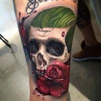 Drammatico tatuaggio colorato di teschio umano con rose e scritte