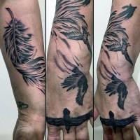 drammatico stile dipinto inchiostro nero con corvo e piume grande tatuaggio su polso