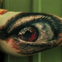 Tatuaggio spaventoso sul braccio l'occhio rosso