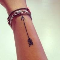 bella treccia nera disegno su braccio tatuaggio
