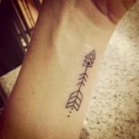 particolare freccia nera triangoli tatuaggio su polso