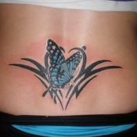 elegante farfalla tribale nero tatuaggio su parte bassa di schiena