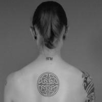 elegante nodo celtico tatuaggio per ragazza