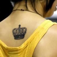 elegante corona sulla schiena tatuaggio