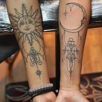 elegante bella luna e sole sulle braccia tatuaggio