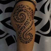 elegante polinesiano tatuaggio sul fianco di ragazza
