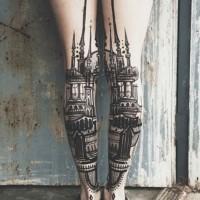 elegante stile nero e bianco vecchia citta  tatuaggio su ambedue gambe