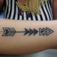 elegante freccia tribale tatuaggio disegno su braccio