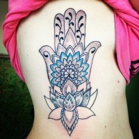 Tatuaje en el costado,  jamsa linda en tonos pastel