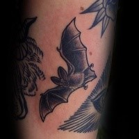 Gravur Stil schwarzes Bein Tattoo mit fliegender Fledermaus