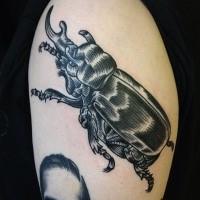 Gravierungstil tinteschwarzer Tattoo des Käfers