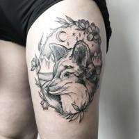 Gravierungstil tinteschwarzer Oberschenkel Tattoo des netten Fuchses mit Nachthimmel und Blumen