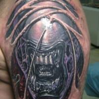 cattivo alieno spaventoso tatuaggio sulla spalla di uomo