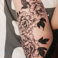 Spannende schwarzweiße Pfingstrose Blumen Tattoo auf Oberschenkel