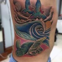 Fabelhafte und bunte fliegende Vögel mit Schildkröte und Ozean Tattoo an der Seite