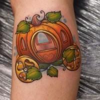 Märchenkürbiswagen farbiges Tattoo am Bein