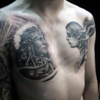 Fantastischer schwarzer und weißer alter indianischer Häuptling Tattoo an der Brust mit junger indianischer Frau