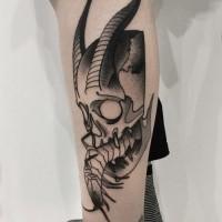 Fantastico stile blackwork dipinto dal tatuaggio della gamba di Michele Zingales del teschio demoniaco