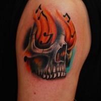 fantastico dipinto piccolo colorato cranio musicale con fiamme tatuaggio su spalla
