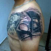 fantastico disegno molto realistico guerriero spartano con lancia e scudo tatuaggio su spalla