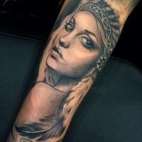 Fantastisch aussehendes im Porträtart Unterarm Tattoo mit indianischer Frau
