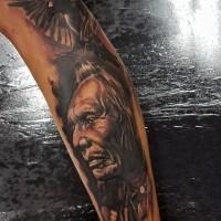 Fantastisches natürlich aussehendes farbiges Ärmel Tattoo mit traurigem Indianer und fliegender Krähe