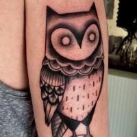Tatuaje en el brazo,  lechuza estilizada misteriosa con cráneo