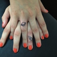 bel amicizia su due dita tatuaggio femminile