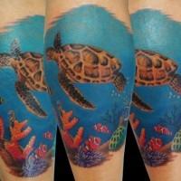 tartaruga galleggiante e mondo sott'acqua tatuaggio sulla gamba