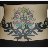 modello floreale e tribale nero tatuaggio su parte bassa di schiena
