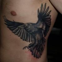 Tatuaje en el costado,  cuervo con alas extendidas