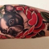 Französische Bulldogge in roten Blumen Tattoo