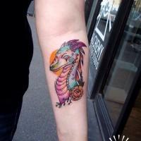 Tatuaje en el antebrazo, dragón pequeño divertido multicolor