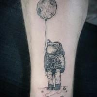 divertente astronauta inchiostro nero con palloncino a forma di pianeta tatuaggio su gamba
