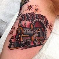 Divertidos dibujos animados como tatuaje de tren humeante color en bíceps con pequeñas estrellas brillantes