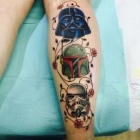 Tatuaje en la pierna, tres cascos de héroes de la guerra de las galaxias con flores lindas diminutas