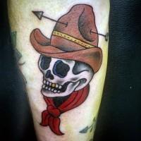 cartone animato teschio di cowboy in capello tatuaggio su gamba
