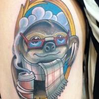 divertente cartone animato ritratto di bradipo tatuaggio su spalla