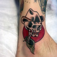 divertente cartone animato stilizzato scheletro cowboy colorato tatuaggio su caviglia
