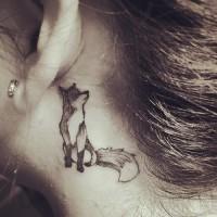 Lustiges im Cartoon-Stil schwarzes Tattoo hinter dem Ohr mit kleinem Fuchs