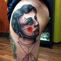 divertente pagliaccio interessante statua tatuaggio su coscia